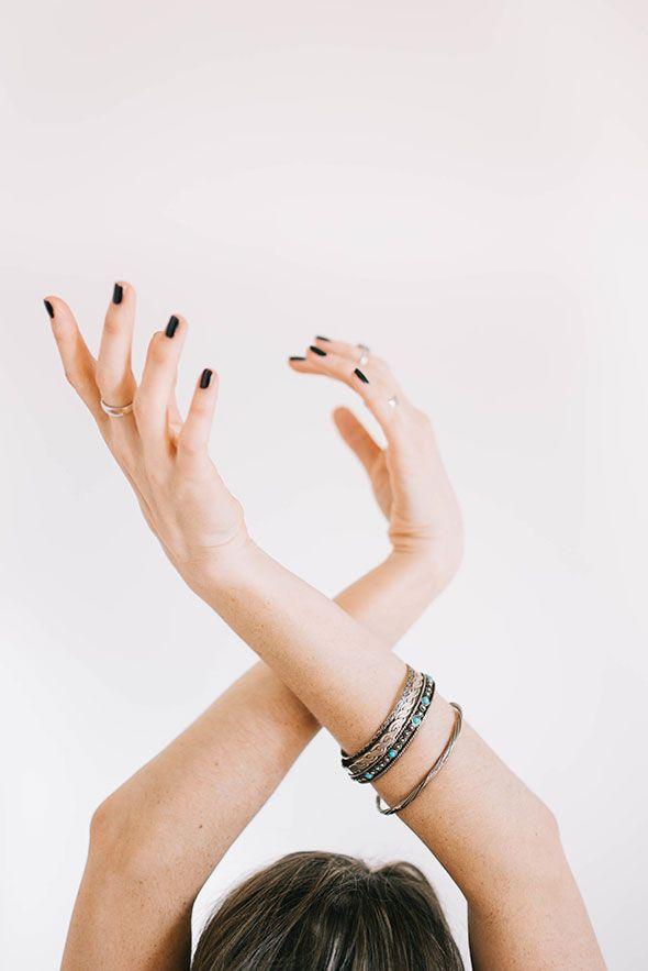 DIY: MAAK ZELF EEN VOEDEND HANDMASKERTJE VAN NATUURLIJKE PRODUCTEN ● Heb jij ook vaak last van droge handen?  Misschien wil je dit voedende diy handmaskertje van ei en honing dan ook eens proberen?  De honing werkt verzachtend en reinigend.  Het ei beschermt tegen schadelijke invloeden en helpt de huid sneller te regenereren...  Lees meer >> http://hallosunny.blogspot.nl/2016/06/diy-handmaskertje-voor-droge-handen.html