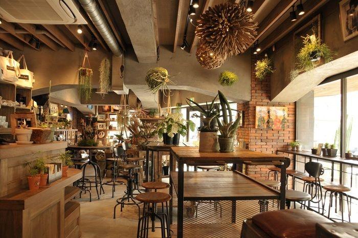 ビンテージ風のインテリアでとオシャレに飾られたグリーンに癒される店内。