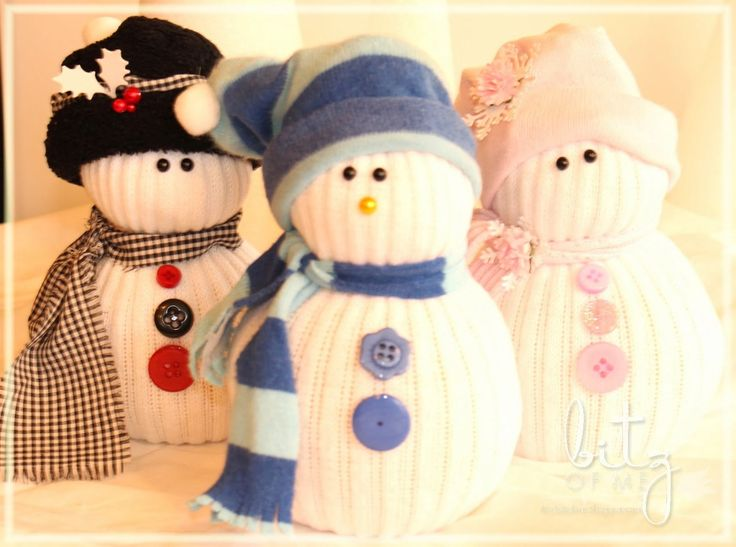I've seen these lil' sock snow people for years at craft shows and online but never had time to make any.But this year I vowed to get some made for the upcoming holidays...and I'm a sucker for snowmen too!I just don't like the