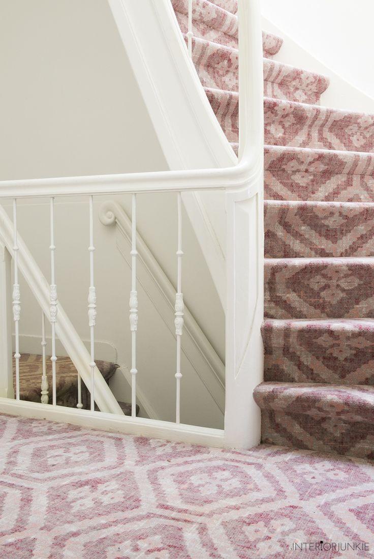 Het huis van Interior Junkie is steeds meer af. Het allerlaatste klusje wat gedaan moest worden, was de trapbekleding. Zoals jullie wel konden zien in haar vlogs was haar trapbekleding alles behalve Interior Junkie proof. Totdat ze op het tapijt van Desso & Ex stuitte…
