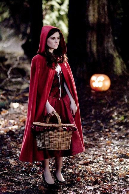 I wish we would celebrate Halloween in the Netherlands as well, I would defenitely make this costume.  Anna Paquin - Red Riding Hood