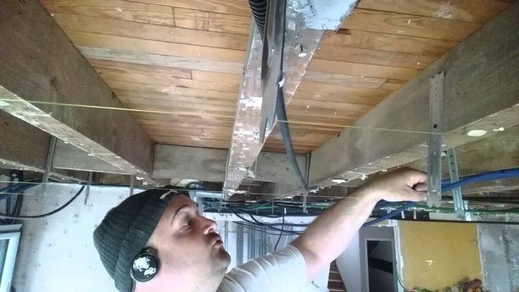 Faire faux plafond placo sous plancher bois , la pose des suspentes plates , le réglage - YouTube