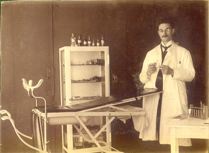 Dokter Hugenholtz in 1922, arts in de Moushouk.