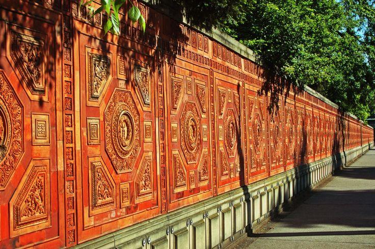Rote Mauer an der Wilhelma Stuttgart.