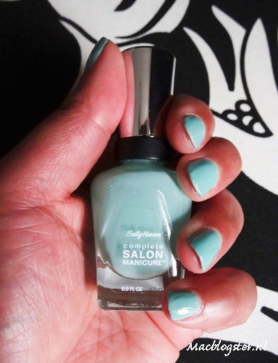 Nail polish review: I love this nail colour. It reminds me of summer.  #beautyblogger #nailpolish #bb #swatch