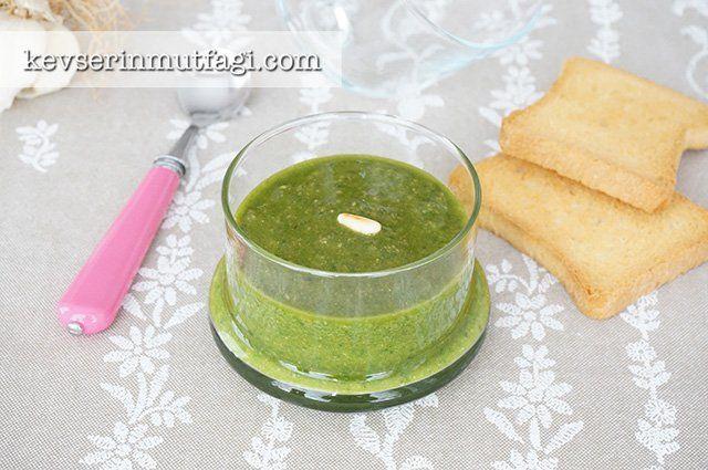 Pesto Sos Tarifi - Malzemeler : 1 küçük demet fesleğen (benimki 5 daldı), 1/2 su bardağı sıvı yağ, 1 yemek kaşığı çam fıstığı, 1 yemek kaşığı rendelenmiş parmesan peyniri, 2 iri diş sarımsak, 1/2 çay kaşığı karabiber, 1 çay kaşığı tuz.