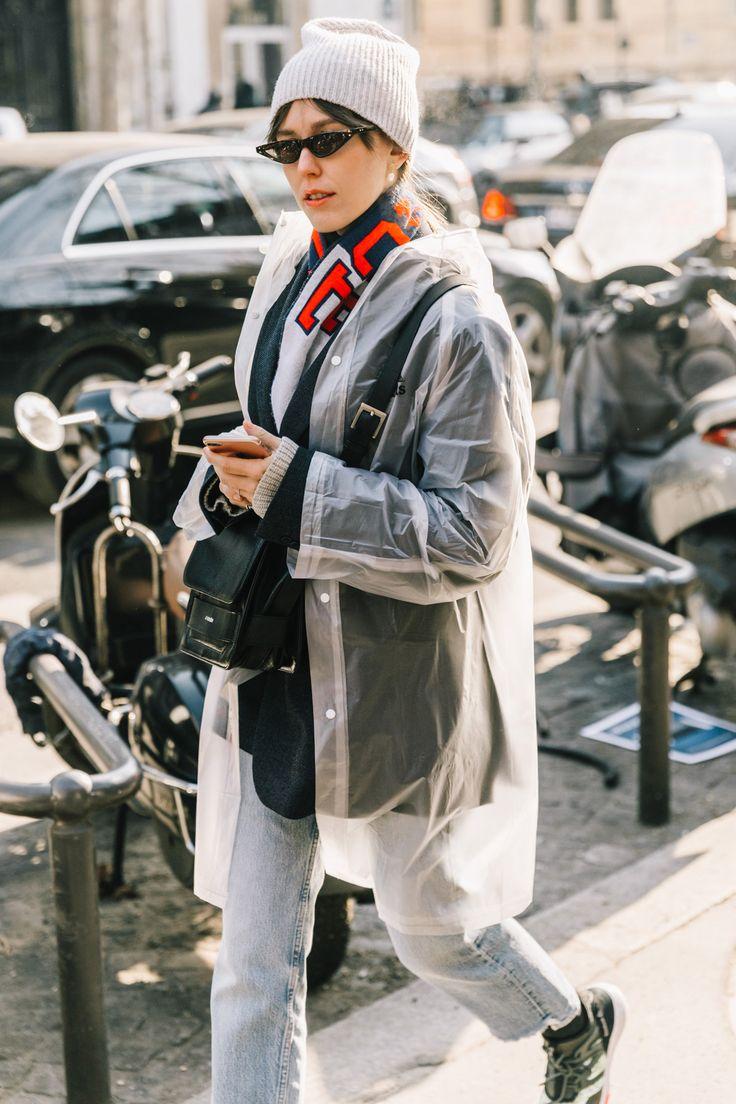Del poder de 3 microtendencias: gafas pequeñas, bufanda de fútbol y chubasquero