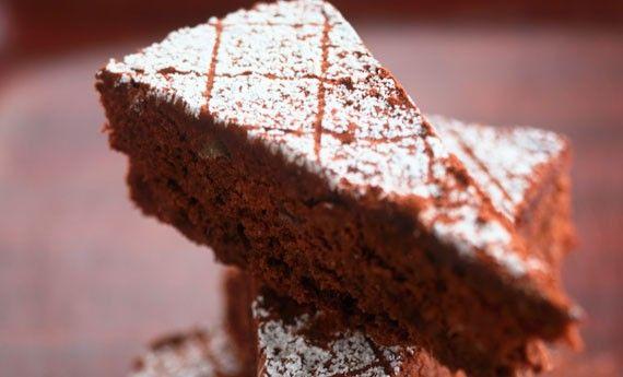 La torta tenerina è un dolce originario di Ferrara: ma con la sua dolcezza al cioccolato ha conquistato tutta Italia. Tra le torte al cioccolato è infatti una delle più semplici e veloci da preparare: la sua caratterista? Una superficie croccante e friabile che racchiude un cuore soffice e tenerissimo a base naturalemente di cioccolato.  … Continued