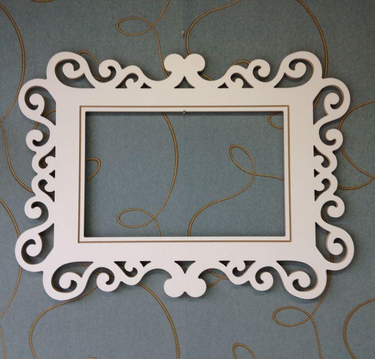 Vyrezávaný rám vhodný na výrobu zrkadla, popr. ako dekorácia na stenu. Rám je vyrobený z MDF, je potrebné ho prebrúsiť a následne povrchovo upraviť podľa vašich predstáv.  Veľkosť: 107 x 80 cm Materiál: MDF. Cena rámu 55,- €