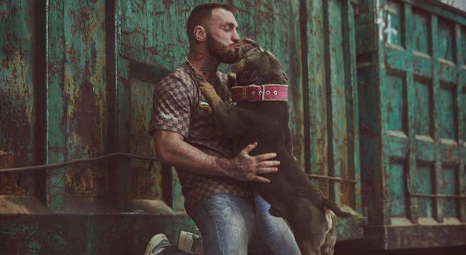 Javier García Roche con un perro en 'A cara de perro'. (Mediaset España)
