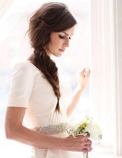 Novia con trenza de espiga, un peinado muy romántico y sencillo.