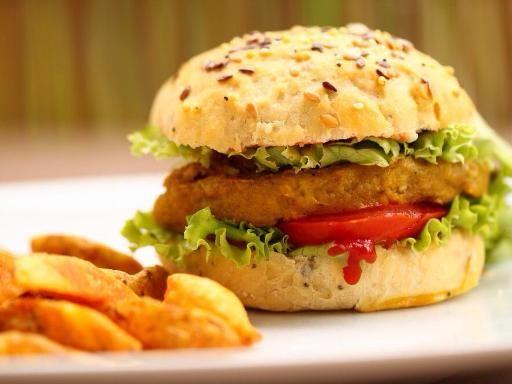 Burger végétarien avec : une Bière noire Ale amère Grillé/Floral (ex : Why Here ?) ou une Bière blanche Ale peu amère Fruité/Fumé (ex : Smoke Signals)