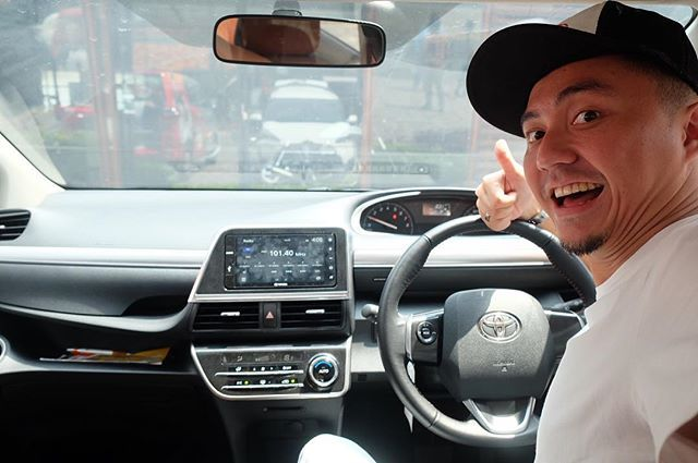 selamaaatt pagiii.. pergi dulu ah pake Toyota Sienta. Enak nih buat sehari-hari, stylish banget. Sliding door-nya juga kece banget. Eh, ayo tebak si gue mau kemana? #mysienta #unlockyourplayground @toyotaid