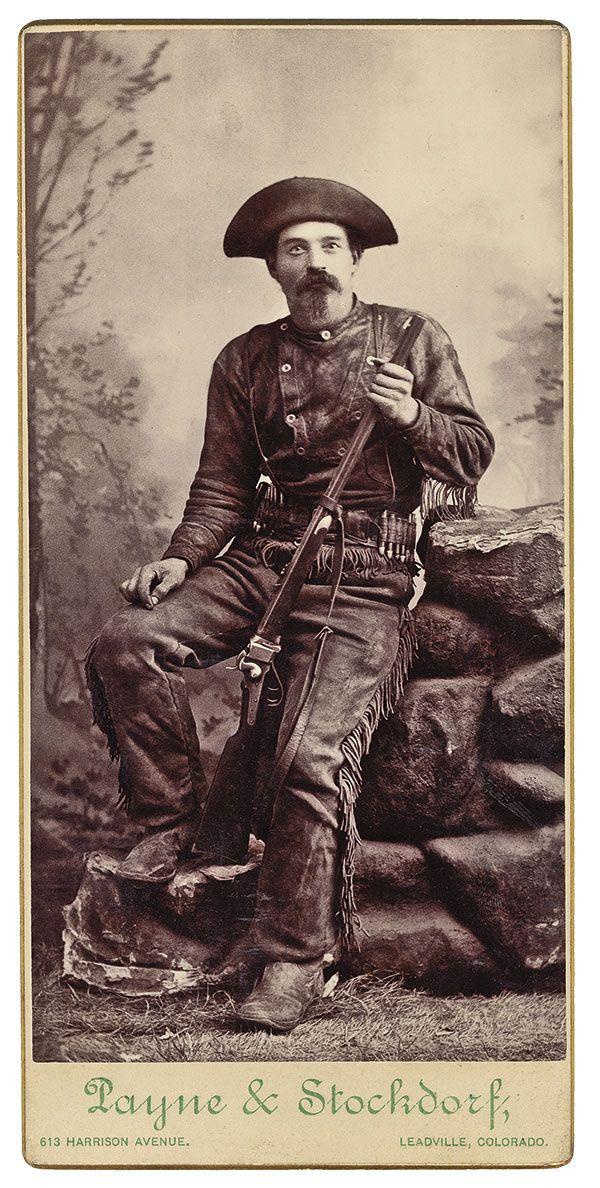 Foto de Rare Buffalo Hunter A pesar de la prevalencia de las búsquedas de búfalos durante la época del Viejo Oeste, sorprendentemente se conocen pocas fotografías de cazadores de búfalos.  Esta tarjeta del gabinete de alrededor de 1880 muestra una con su rifle Sharps, tomada por Payne & Stockdorf de Leadville, Colorado.
