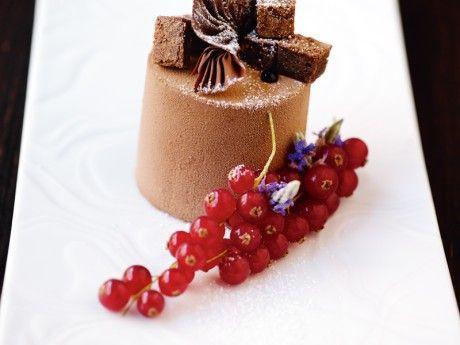 Chokladmousse fylld med rödavinbärspannacotta – Allt om Mat