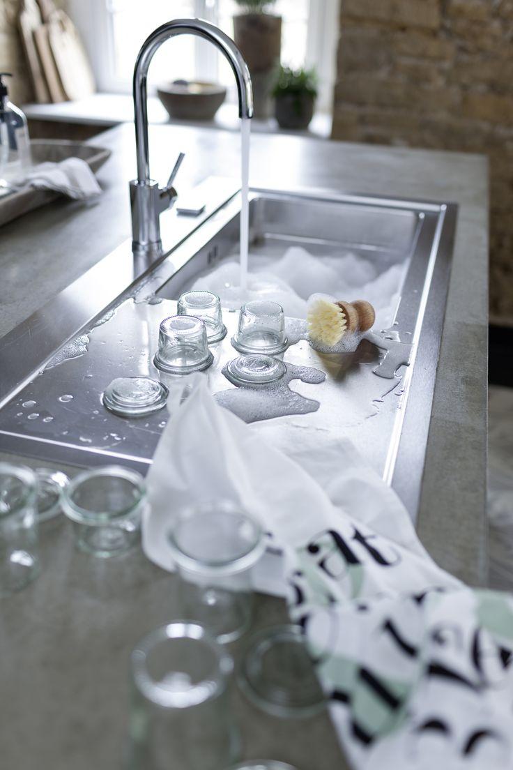 Durch die geneigte Ablauffläche greift auch die Edelstahlspüle die klare Linie der Küche auf.  Fotocredit: JALAG/seasons.agency/A. Lorenzen