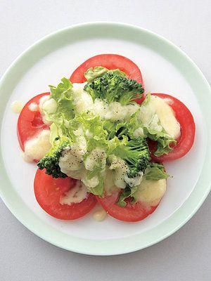 【ELLE a table】トマト、ブロッコリとレタスのチーズソースサラダレシピ|エル・オンライン