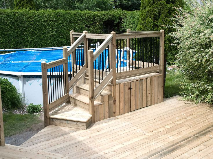 Petit deck de piscine attaché a un patio