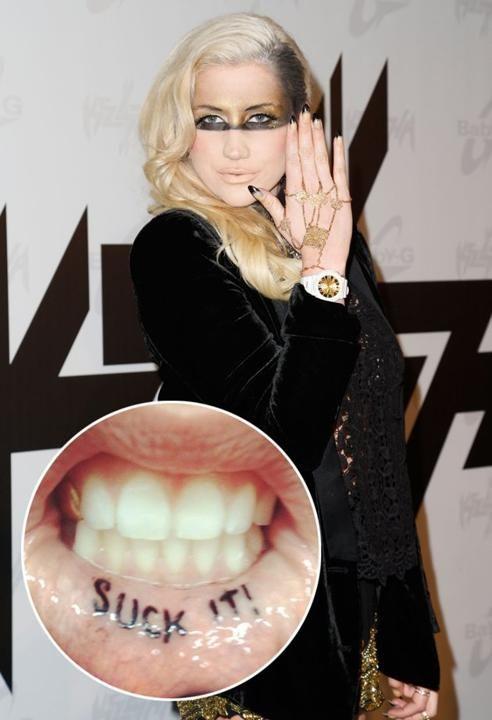 On ne s'attendait pas vraiment à mieux de la part de Ke$ha. L'interprète de «Tik Tok» s'est fait tatouer les mots «Suck It!» à l'intérieur de la lèvre en juin dernier. Ce qui porte ses tatouages à six, incluant deux qu'elle a réalisés elle-même.