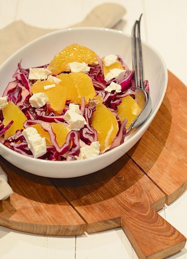 Een lekker en gezond recept is rode kool salade met sinaasappel en geitenkaas.