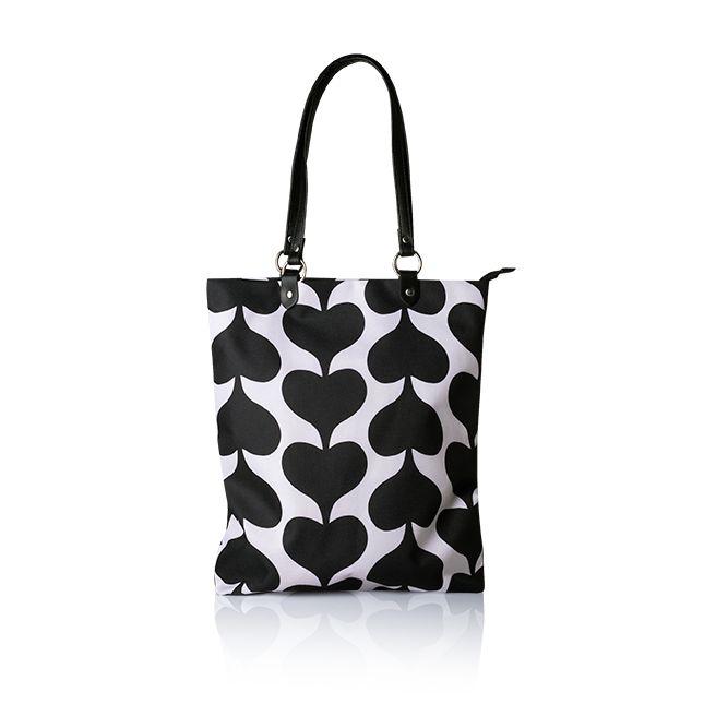 Moderno bolso con diseño geométrico y formas de corazones en color negro y blanco con asas de imitación piel. Cierre de cremallera.