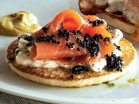 Blinis con nata agria, salmón ahumado y aceite de huevas de mujol