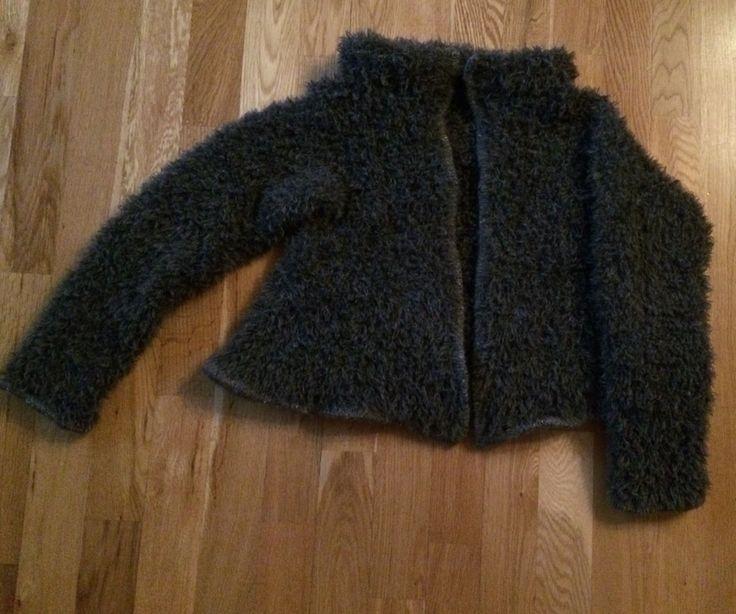 Kort damejakke på oppdrag for Du Store Alpakka, pelsgarn med detaljer av tweed