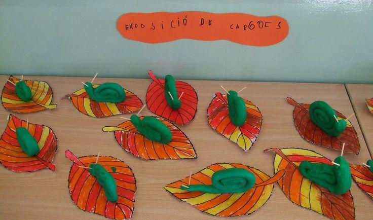 slakken op een herfstblad
