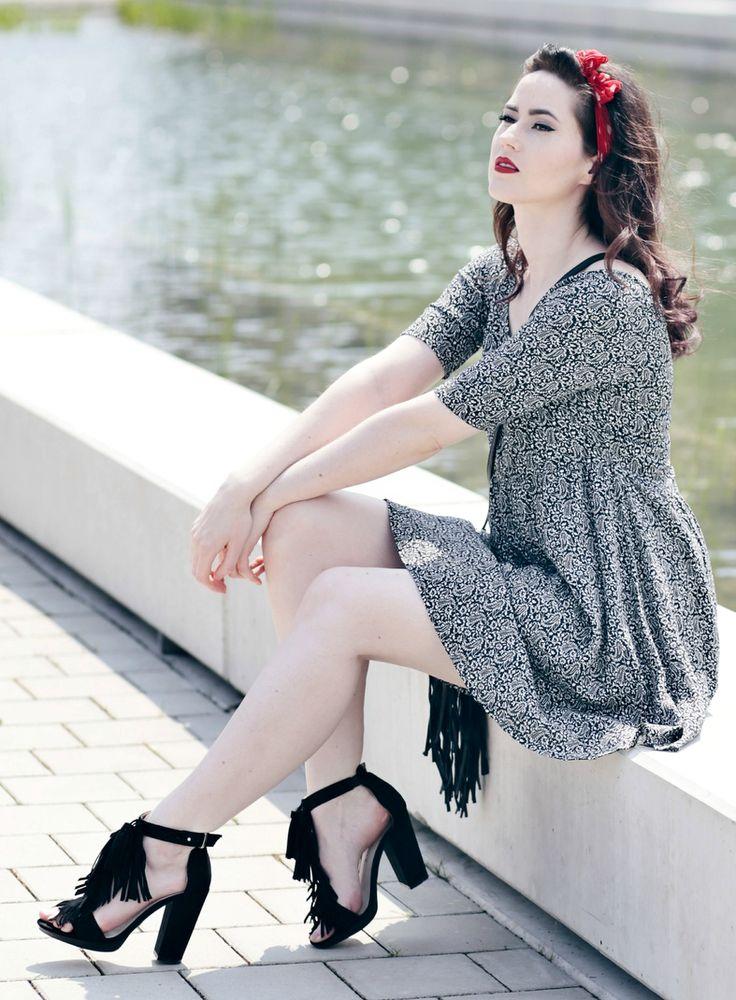 schwarze Fransen-Sandalen, Handtasche mit Fransen, Even&Odd Sommerkleid, Mode Blog, Fashion Blog, Like A Riot, Summer Style, Summer Look