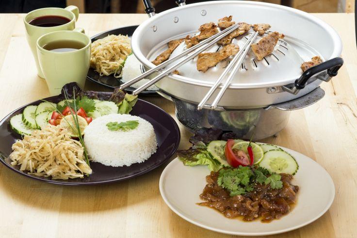A sertéskarajt Thaiföldre jellemző fűszerezéssel pácoljuk, és egy asztali faszenes BBQ sütővel az éttermünk teraszán felszolgáljuk.