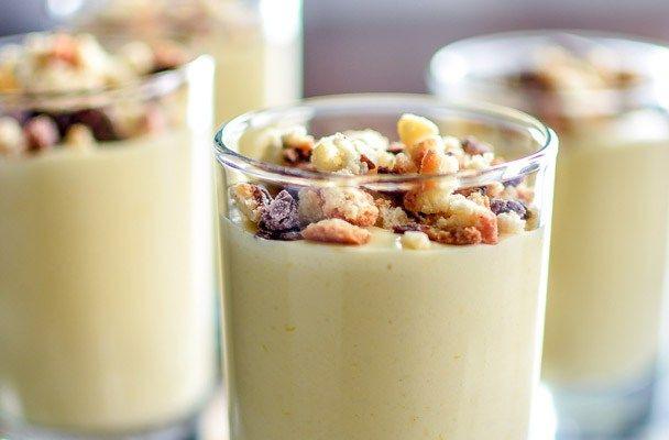 Zabaione al Marsala con crumble di amaretti - Crema deliziosa, lo zabaione al Marsala evoca dessert d'altri tempi, profumate creme in coppa da servire alla fine del pasto o a merenda, accompagnate da biscottini secchi, gocce di cioccolato o frutti di bosco.