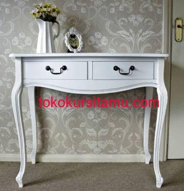 Meja Konsul Laci 2 Klasik G-5SMA memiliki tampilan dengan desain klasik terbuat dari kayu jati yang kamu sempurnakan dengan finishing cat duco putih.