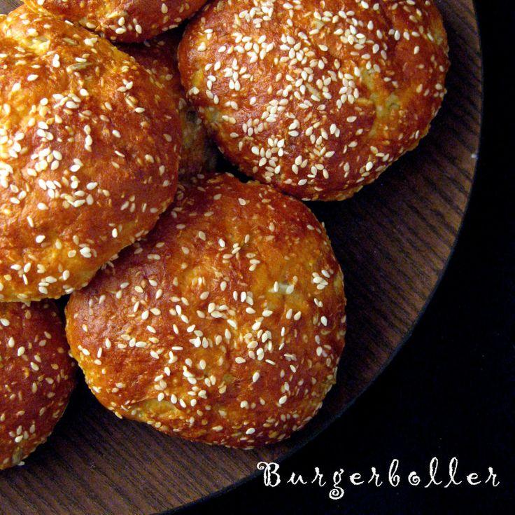 LCHF burgerboller (6 stk) 4 æg 1 dl mælkeprodukt (fx græsk yoghurt 10%, creme fraiche el.lign.) 1 dl sesamfrø ½ dl solsikkekerner ½ dl mandelmel 2-3 spsk fiberHUSK 2 tsk bagepulver 2 tsk salt Kom alle ingredienserne i en skål og rør godt sammen. Lad dejen hvile 10 min og varm imens ovnen op til 200 grader. Kom lidt vand på hænderne, form 6 boller og læg dem på en bageplade med bagepapir (tryk dem lidt flade). Drys med lidt ekstra sesamfrø og bag 15 min ved de 200 grader.