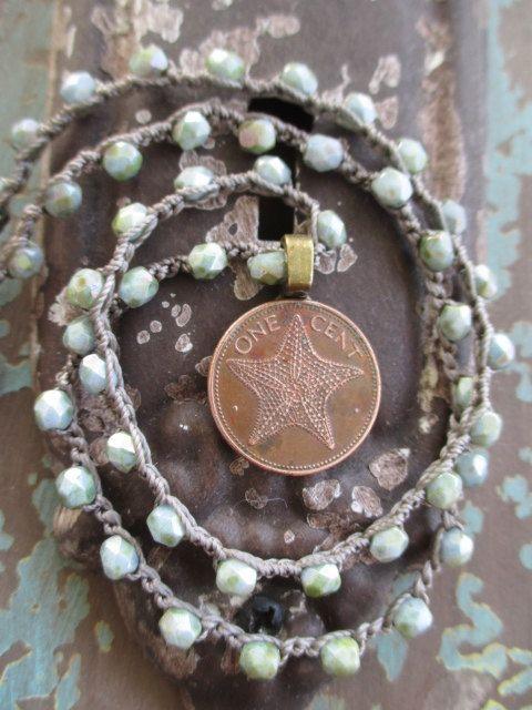 Collana di stelle marine moneta crochet bronzo verde di slashKnots