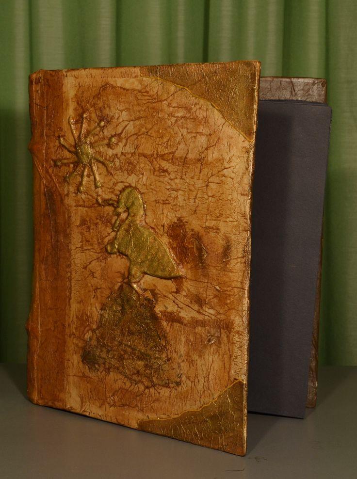 Portafotografie antichizzato con stemma in rilievo