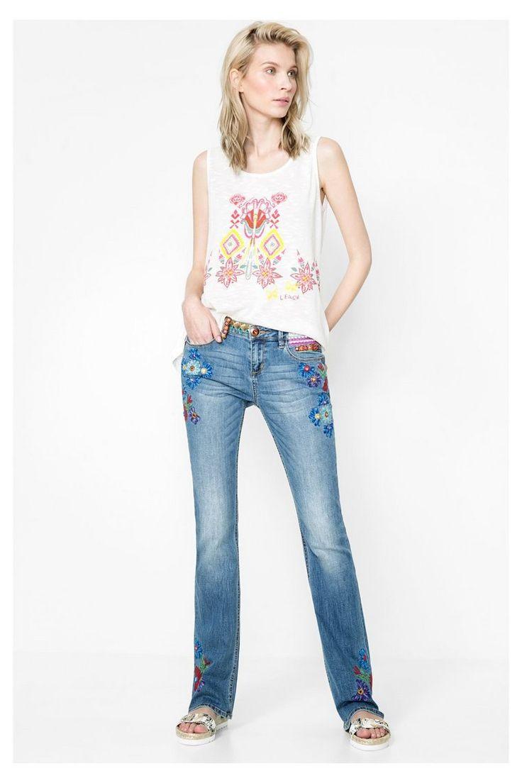Bootcut jeans met bloemen | Desigual.com 5053 Supermooi maar welke lengte hebben die nu eigenlijk want als ze te lang zijn moet je de geborduurde bloemen eraf knippen :(