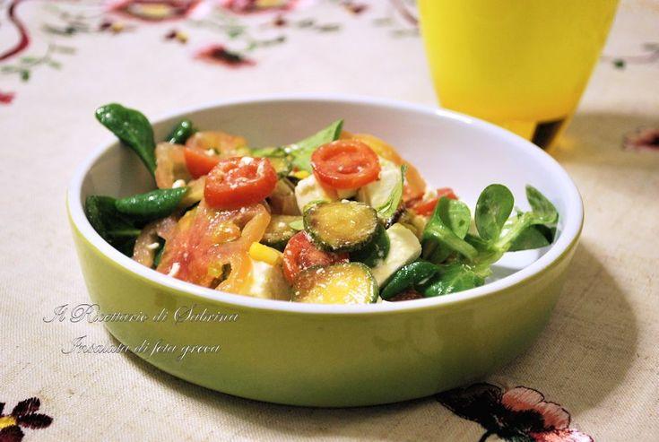 L'insalata greca è un piatto fresco, leggero e veloce, ricco di verdure e formaggio, da presentare sia come antipasto che come piatto unico.