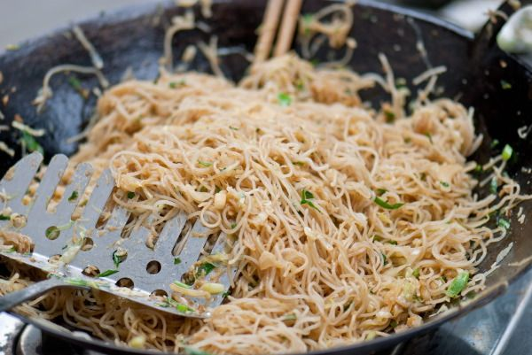 Indonesian fried vermicelli recipe - these noodles aren't lookers, but they're super easy and soooo delicious.