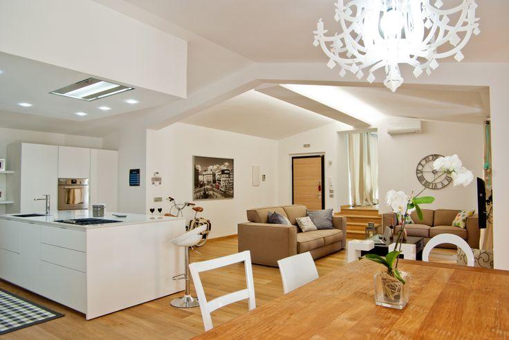 Open space per la zona giorno #arredamento #interiordesign #vintage #bianco #cucine #legno