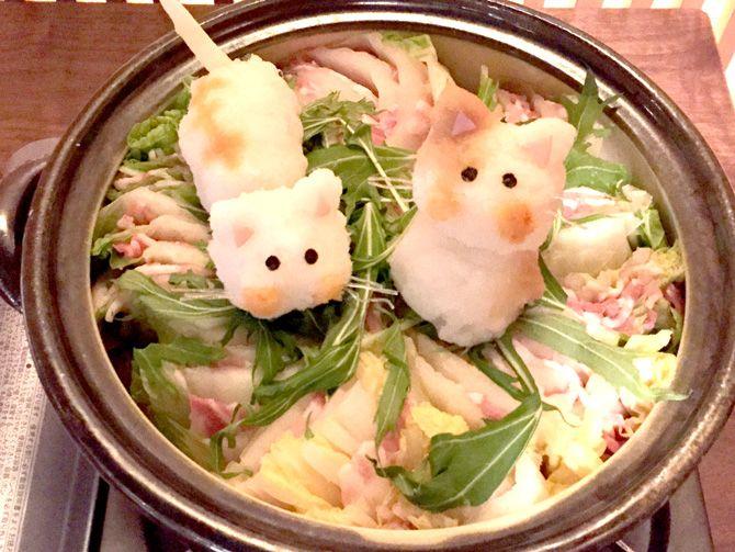 BS日テレ - 「中川翔子のマニア★まにある」にて鍋特集、Nabe Laboが取材協力をしました。 番組で紹介されました、「白菜と豚肉のミルフィーユ デコ鍋(しょこたんバージョン)」 大根おろし鍋(デコ鍋) しょこたんが、猫が好きということで、猫ちゃんのデコ鍋。ヒゲは春雨でできています。 作り方は簡単です
