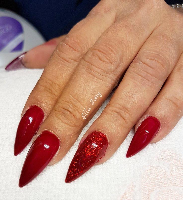 Unghie rosso scuro e glitter holografico