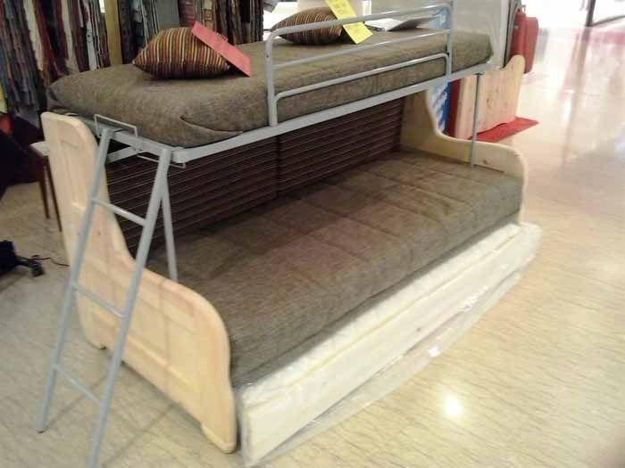 Il divano letto a castello con tre letti. | Small ...