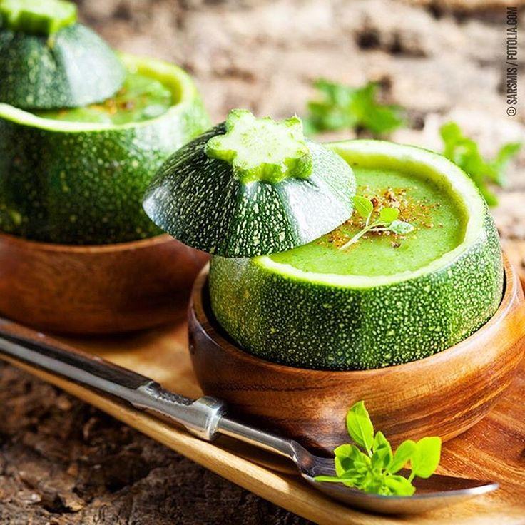 GRÜNE GIFTZWERGE  ZUCCHINI-BASILIKUM-SÜPPCHEN    Unser kreativer Serviervorschlag für euch    Runde Zucchini aushöhlen und nur das Innere klein schneiden und verarbeiten, bis sich 900 g ergeben. Besonders leicht geht das, wenn der Deckel großzügig abgeschnitten und die Zucchini mit einem Melonenausstecher ausgehöhlt wird. Im Anschluss Suppe in Zucchini füllen und Deckel seitlich auflegen.