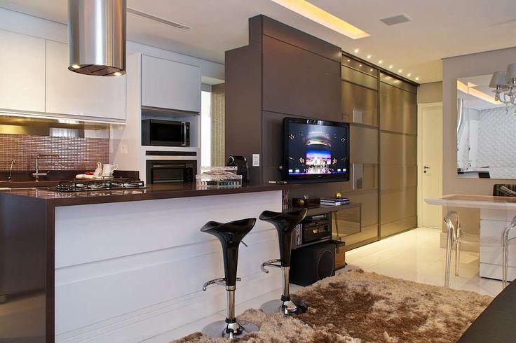 A bancada conta com cooktop, no projeto da designer de interiores Daniela Colnaghi. Informações: (11)5073-9501 Foto: Tiago Travesso / Divulgação