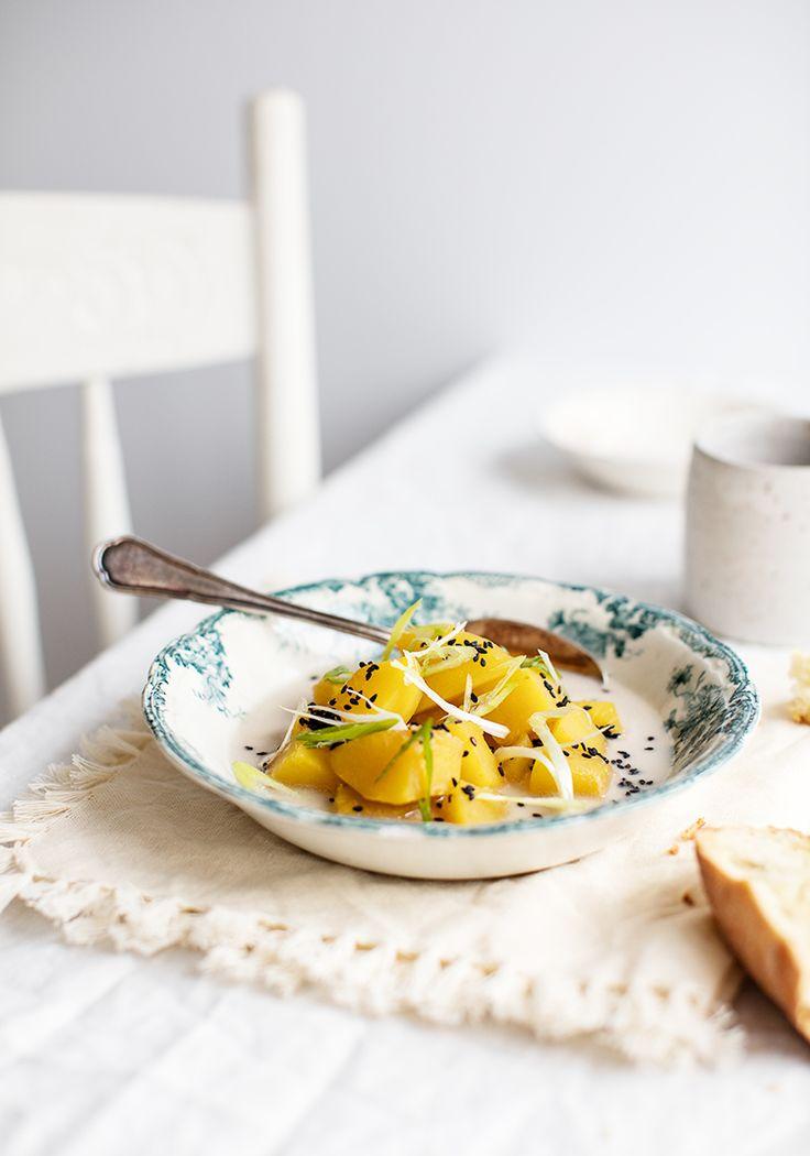 Une petite recette de soupe qui n'a pas besoin d'être mélangée au robot et qui ne salit pas la cuisine. Vous pouvez même y ajouter d'autres ingrédients qui traînent dans votre réfrigérateur (viande, pâtes, légumes, etc.) pour la personnaliser et éviter le gaspillage.