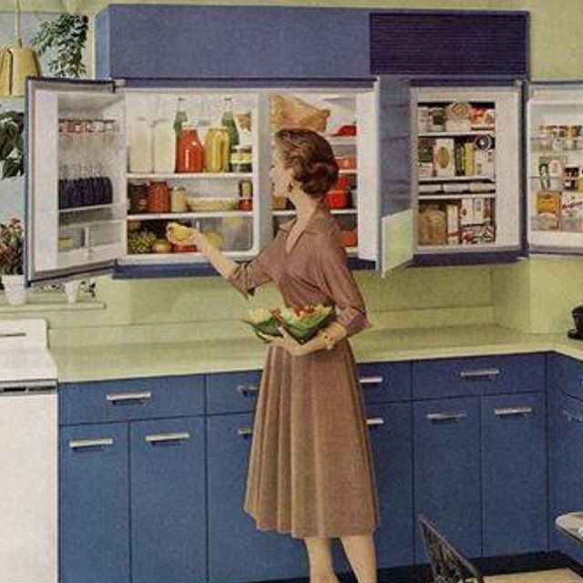 daniellaondesignWall #refrigerator and #avicadogreen in the #midcentury #house #midcenturymodern #midcenturydesign #midcenturykitchen #kitchen #kitchendesign #generalelectric