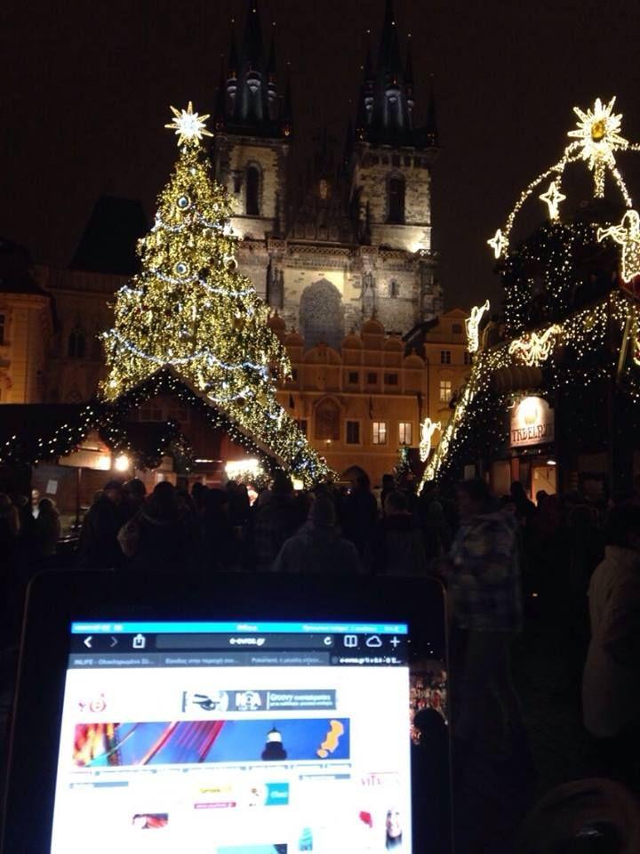 """Τρεις... τρελιάρηδες από την Αλεξανδρούπολη βρέθηκαν τις τελευταίες μέρες στην Πράγα, πρωτεύουσα της Τσεχίας!  Με φόντο την εκκλησία της Παναγίας του Τυν, στο κέντρο της πόλης, μας στέλνουν την αγάπη τους """"στολισμένη"""" Χριστουγεννιάτικα!  We love you too guys!"""