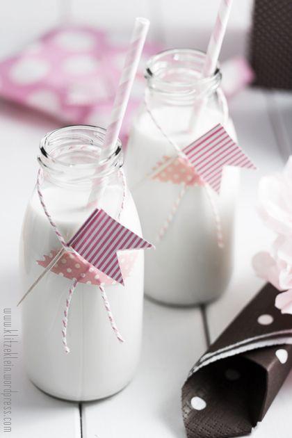 Milchfläschen mit rosa Partydekoration und Fähnchen I www.klitzeklein.wordpress.com