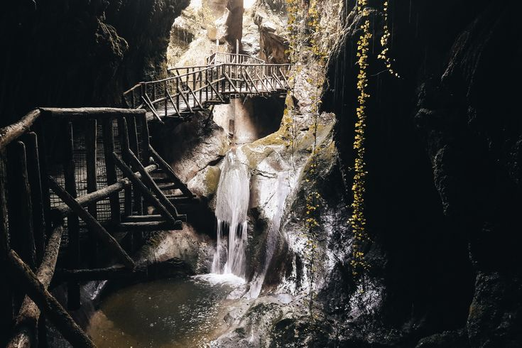 Scopri di più sulle grotte del Caglieron, una serie di cavità create da attività di erosione naturale dall'azione umana situate in provincia di Treviso.