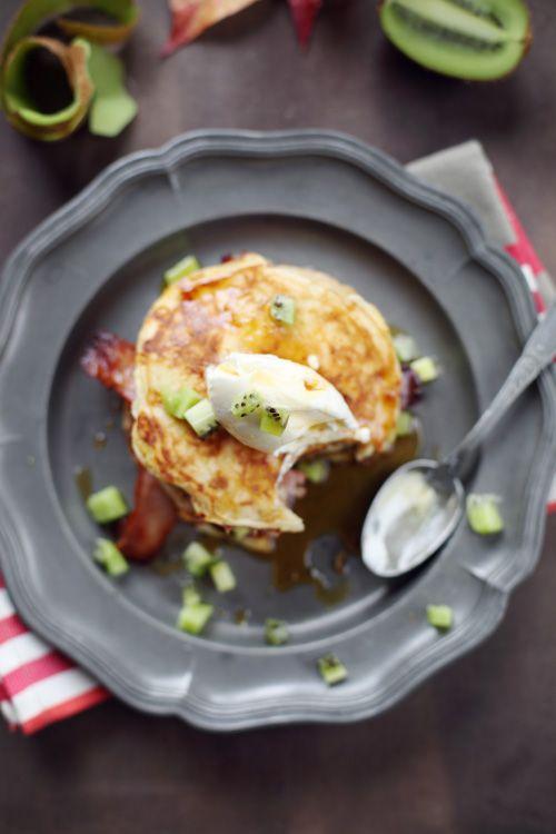 Pancakes au cheddar, lard au sirop d'érable, kiwi et mascarpone